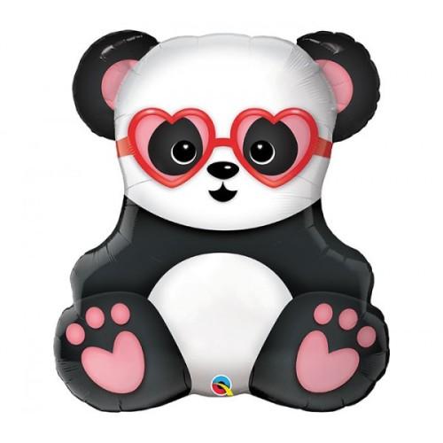 Lovestruck Panda Bear je opazil folijo balon